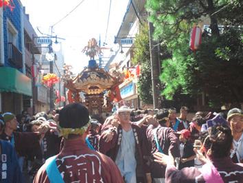 御嶽神社例大祭が、晴天の中、盛会に挙行されました。今年は、20年に一度の木曽御嶽山への里帰りを果たした年であり、大神輿、女神輿が町内を練り歩き、大変盛り上がりました。